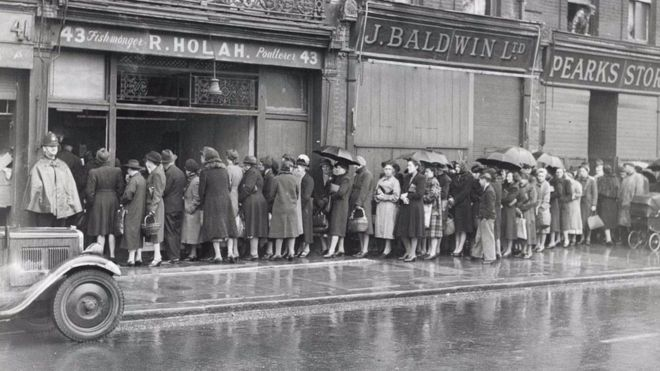 Một số nhà bình luận nói rằng thói quen kiên nhẫn xếp hàng của người Anh có từ thời Chiến tranh Thế giới Thứ Hai, khi người dân luôn bình tĩnh chờ đến lượt được cấp khẩu phần ăn