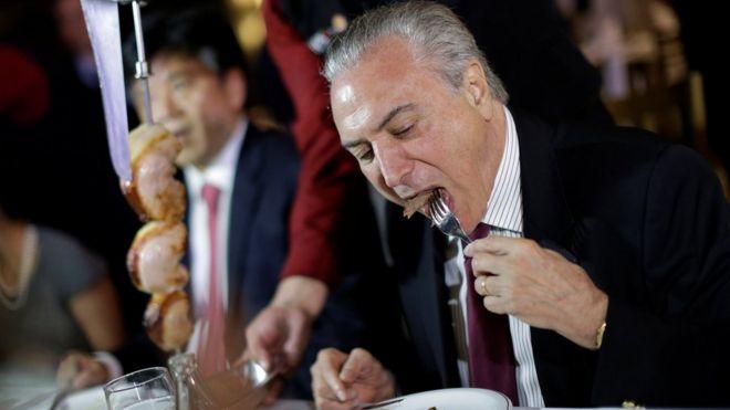 巴西總統米歇爾‧特梅爾親自吃肉以證明巴西肉類安全。