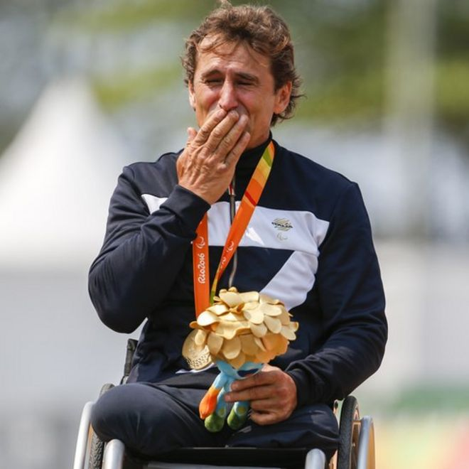 Alex Zanardi en el podio en Brasil.