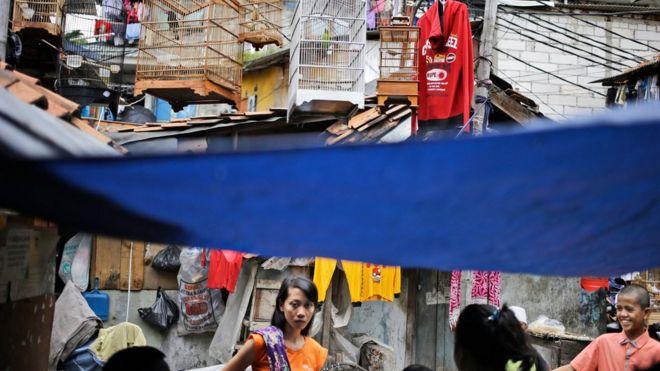 Warga kampung Tambora berbincang di sekitar rumah Siti Aisyah