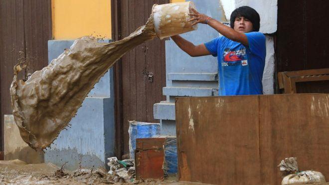 Poblador de Trujillo defiende su casa del huaico.