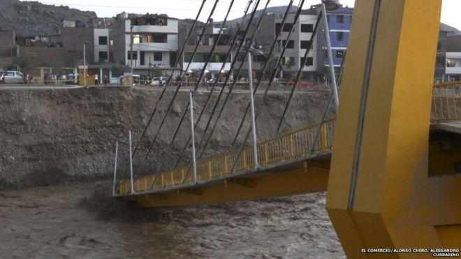 Puente Solidaridad desplomado por las lluvias en Lima.