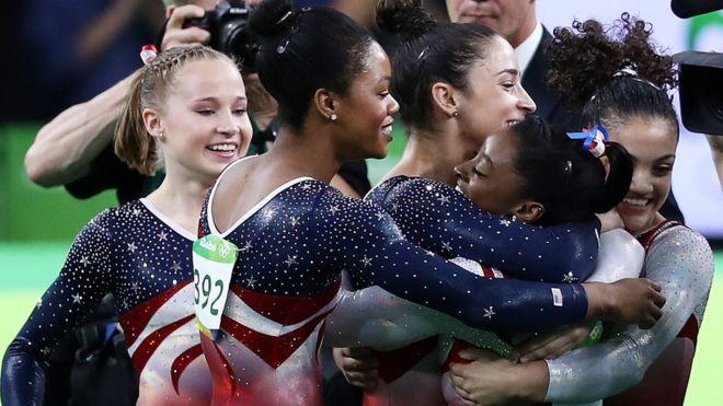 Victoria del equipo de gimnasia estadounidense.