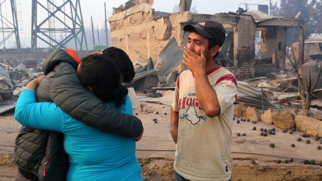 Gente se abraza y llora en Santa Olga