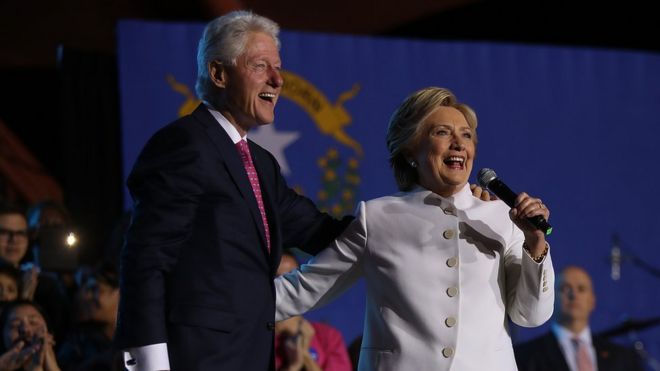 Bi Hillary Clinton (kushoto) na mumewe Bw Bill Clinton mjini Las Vegas, Nevada.