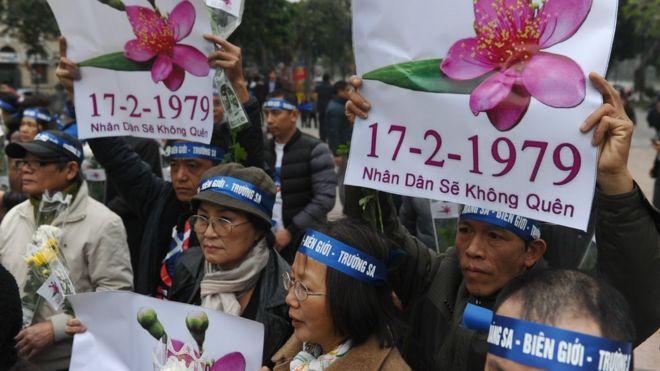 在首都河內還劍湖邊,越南民眾舉行遊行,紀念1979年中越邊界戰爭37週年。但是越南政府不鼓勵大規模反對中國的抗議活動,擔心影響兩國的外交關係。