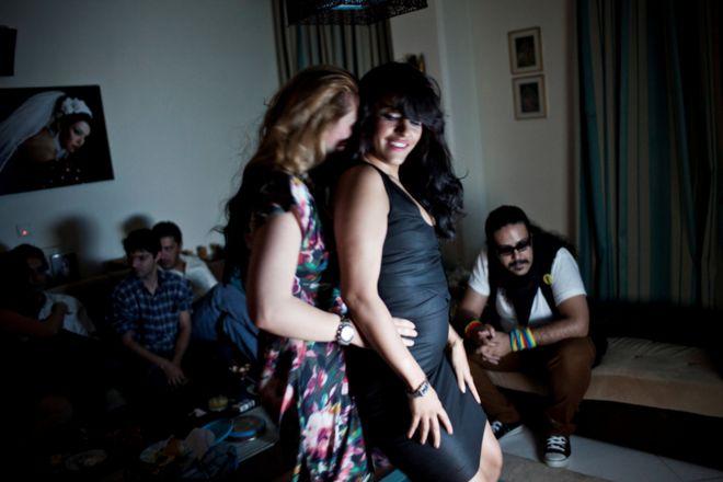 سيدتان ترقصان معا في حفل في إيران.