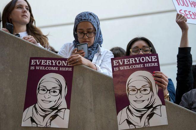 Mujeres protestan contra la orden ejecutiva del presidente Donald Trump en el aeropuerto de Nueva York, EE.UU.