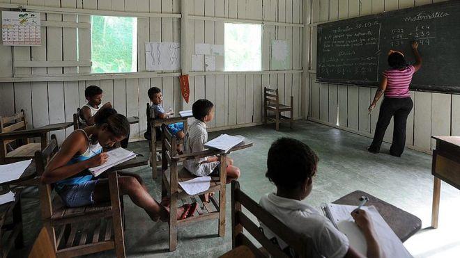 Sala de aula numa escola indígena próxima à Altamira, no Pará