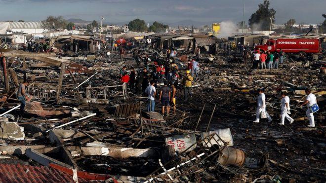 La destrucción después del incendio en el mercado.