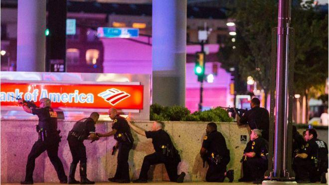 Un francotirador mató cinco policías en una protesta