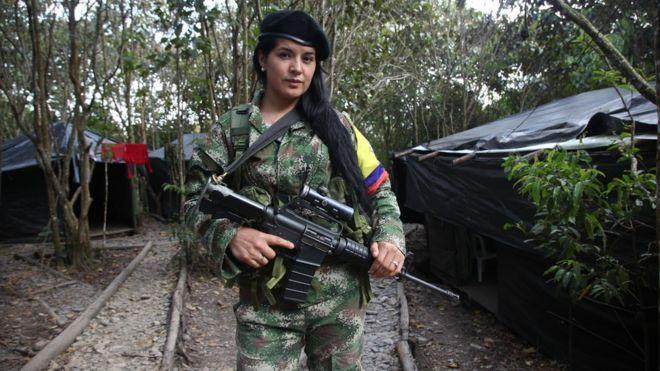Colombia: jugosas ofertas de mafiosos, el miedo a no tener un comandante... Los retos que esperan a los guerrilleros de las FARC cuando dejen las armas