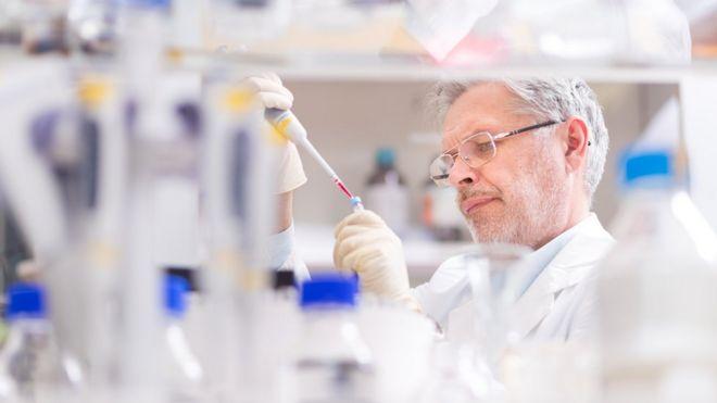 Cientista prepara experimento em laboratório