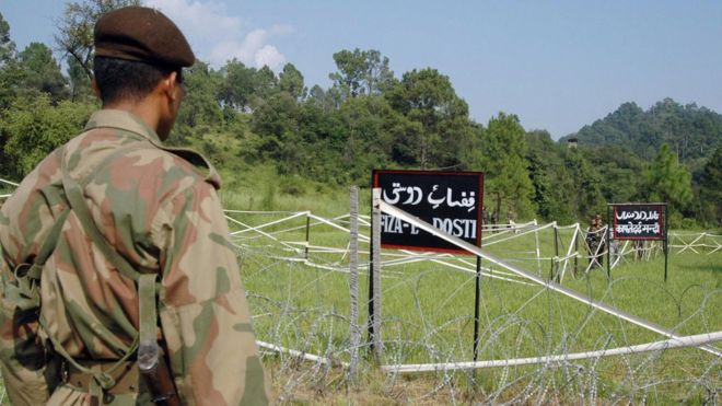 File photo: A Pakistani soldier watches Indian soldiers at the Tattapani-Mendher crossing point on the Line of Control, some 35km from Kotli,in Pakistani administered Kashmir, 09 September 2006