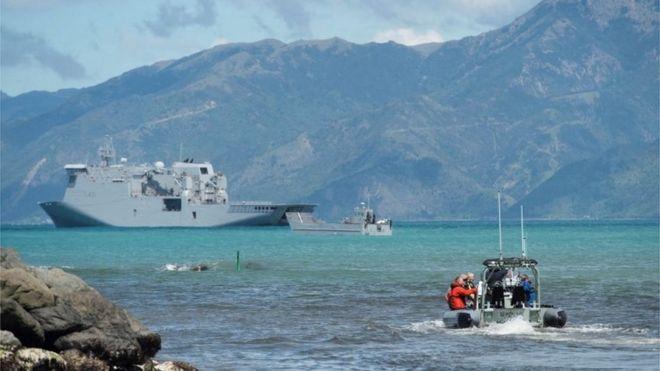 Las autoridades evacúan por mar a las personas presentes en Kaikoura.
