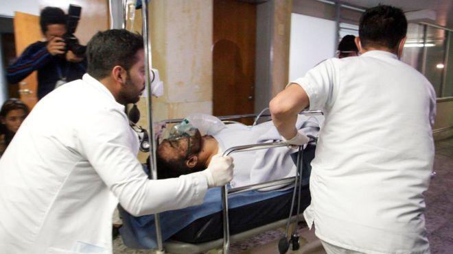 El futbolista del Chapecoense Alan Luciano Ruschel es atendido por personal sanitario tras el accidente de avión en Colombia.