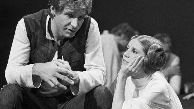 Harrison Ford conversa con Carrie Fisher en un alto en la grabación de un especial del canal de televisión CBS sobre The Star Wars Holiday en Los Angeles el 13 de noviembre de 1978