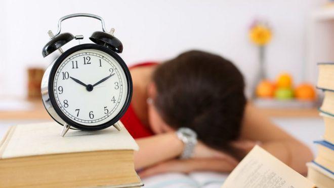 Una persona que se queda dormida sobre su escritorio