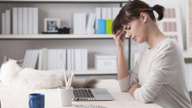 Una mujer frente a un computador