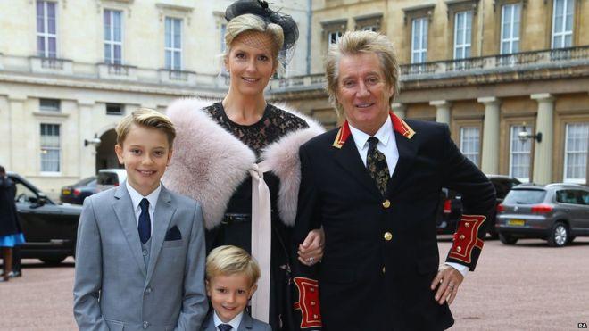 Sir Rod Stewart bersama istri dan dua anaknya.