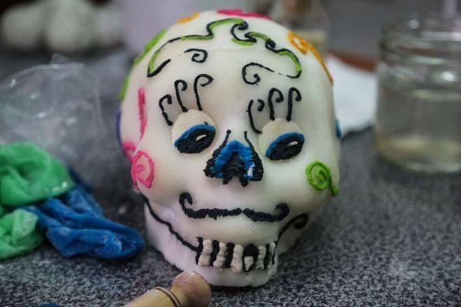 Um crânio típico feito para o Dia dos Mortos no México, feita de um molde oco de açúcar refinado