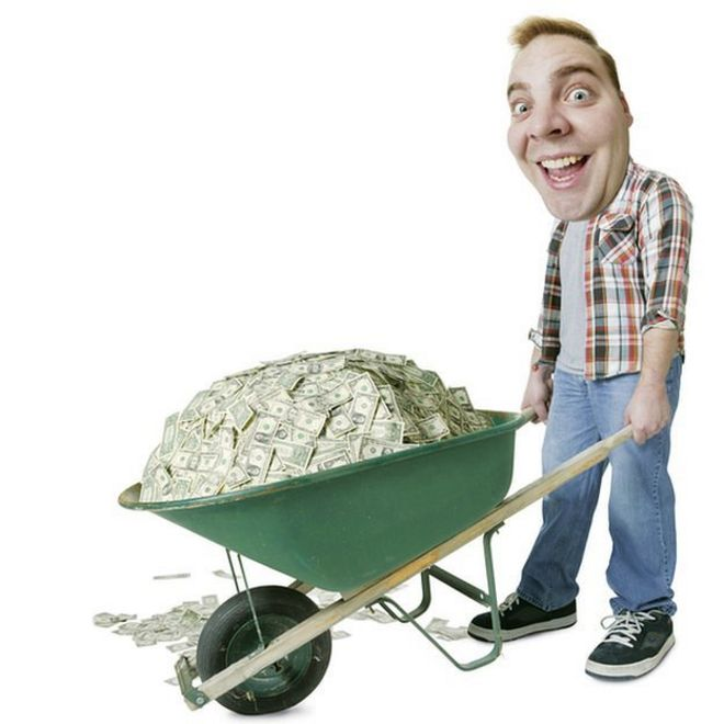 Hombre feliz con carretilla llena de dinero.