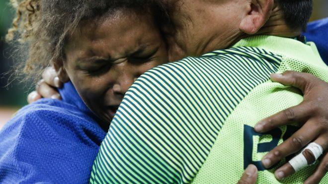 Rafaela Silva se abraza a su entrenador tras su victoria