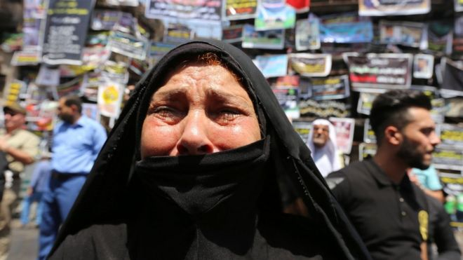 Iraqi woman weeps at the scene of a suicide bombing in Baghdad's Karrada district (7 July 2016)