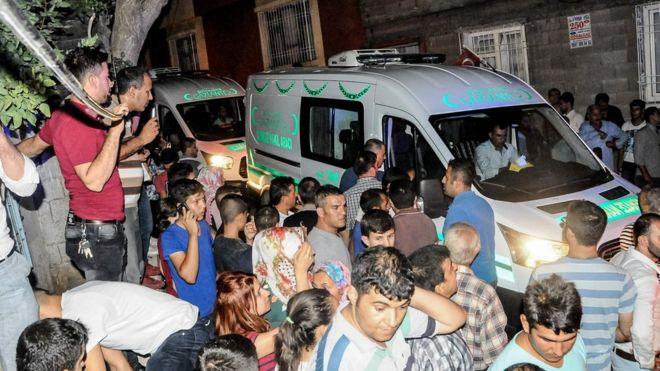 Pobladores de Gaziantep se reúnen cerca del lugar de la explosión.