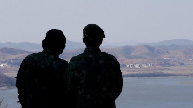 Soldados de Corea del Sur vigilan la frontera con Corea del Norte.