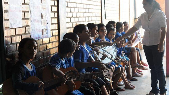 Crianças em aula de música em escola de Brasília