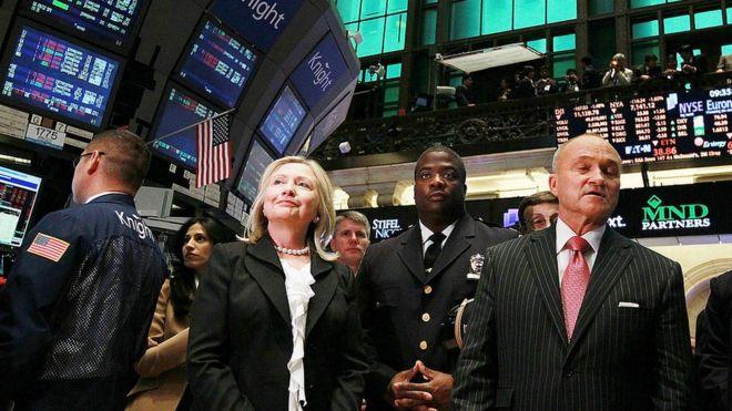 Hillary Clinton en la apertura de la sesión de la bolsa de valores de Nueva York en 2011