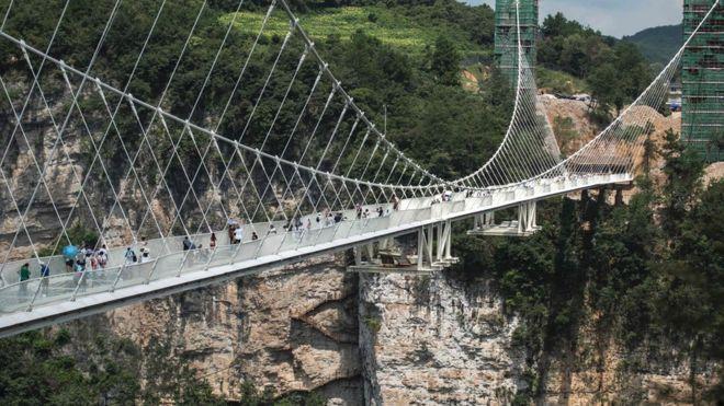 El puente conecta dos acantilados de la montaña en lo que se conoce como las montañas de Avatar -la película se rodó aquí- en la provincia de Zhangjiajie, Hunan.