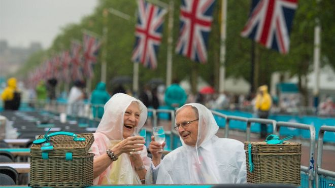 Couple toast the Queen while sat on The Mall