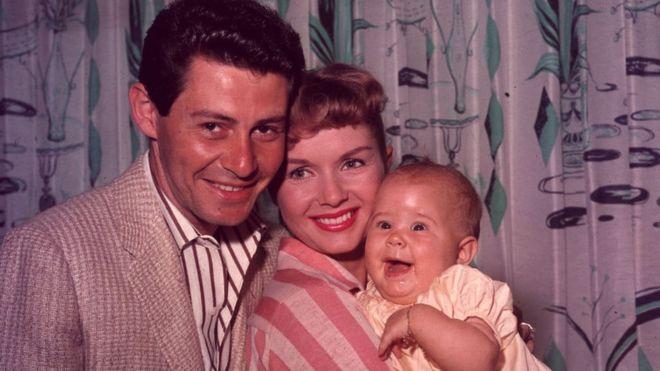 Carrie Fisher con sus padres Eddie Fisher y Debbie Reynolds en 1957
