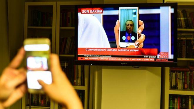 El presidente de Turquía, Tayyip Erdogan, habla en CNN Turk vía Facetime.