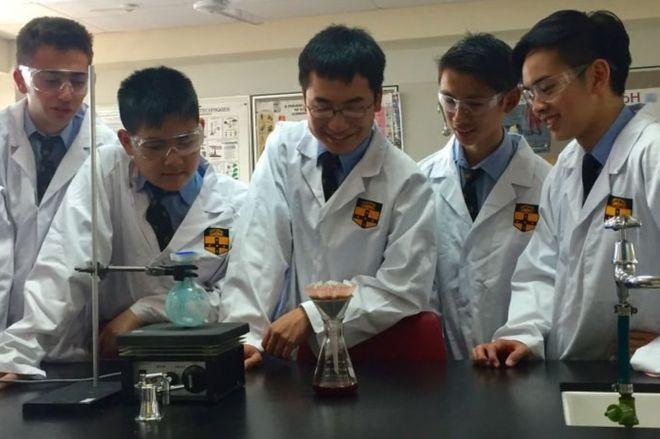 El grupo de estudiantes de Sidney, Australia, trabajando en el laboratorio de su liceo.