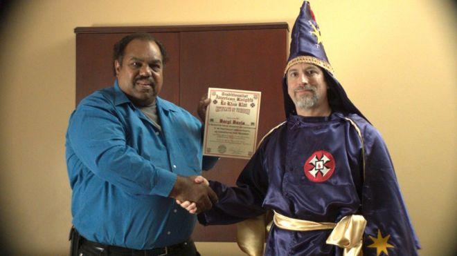 Daryl Davis com um membro da Ku Klux Klan