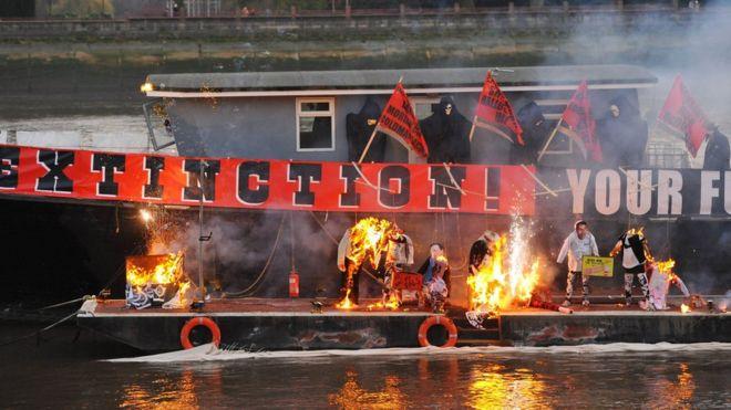 Сожжение коллекции Sex Pistols на Темзе