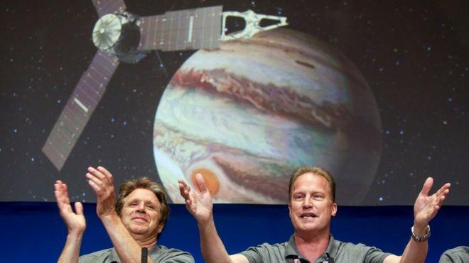 Scott Bolton, investigador principal de la misión Juno, y Rick Nybakken, director del proyecto.