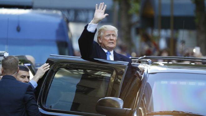Donald Trump acena após votar nas eleição de terçca-feira