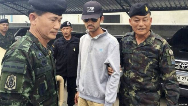 Thai police with the suspect in Sa Kaeo, near the Thai-Cambodia border (1 Sept 2015)