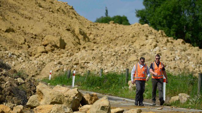 Funcionarios de los servicios de emergencia inspeccionan los daños causados por el sismo.