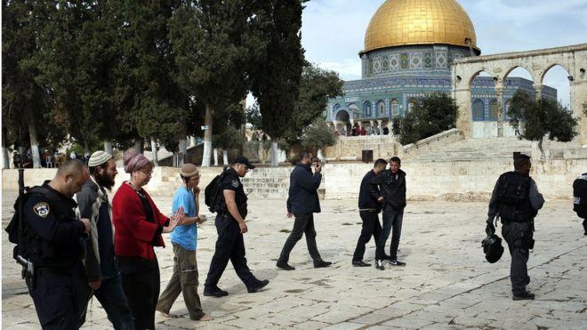 La policía escolta a visitantes judíos en el Monte del Templo o Haram al-Sharif.