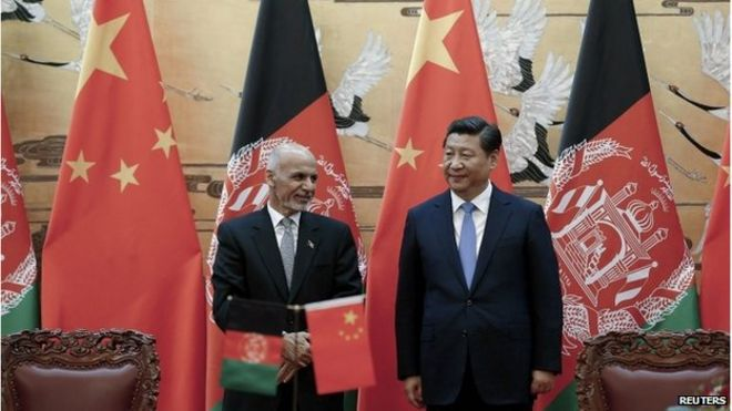 Afghan President Ashraf Ghani stands beside Chinese President Xi Jin-ping