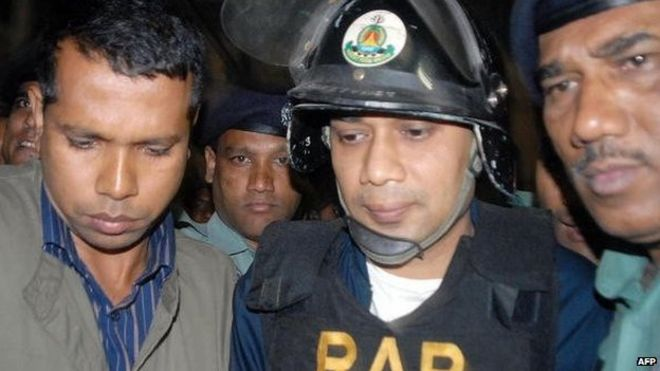 Bangladeshi policemen escort Tarique Rahman (C) joint senior general secretary of Bangladesh National Party's (BNP) and son of outgoing Prime Minister Khaleda Zia, to court in Dhaka midnight 08 March 2007.