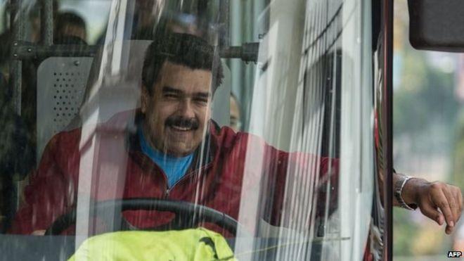 Venezuelas Präsident Nicolas Maduro fährt einen Bus, während der Flughafen nach der Ankunft in Caracas am 17. Januar 2015