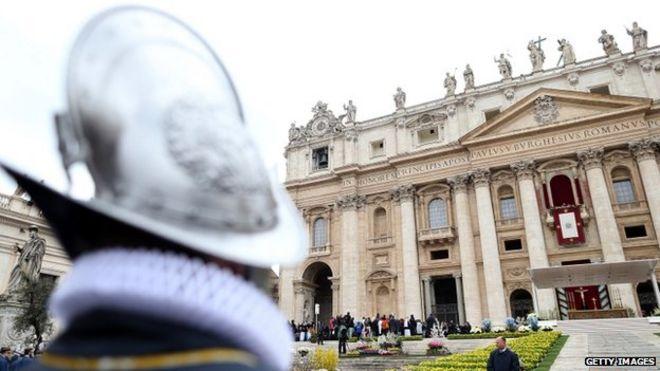 """Papa Francesco pronuncia il suo messaggio benedizione """"Urbi et Orbi"""" dalla loggia centrale della Basilica di San Pietro al termine della messa di Pasqua 5 apr 2015"""