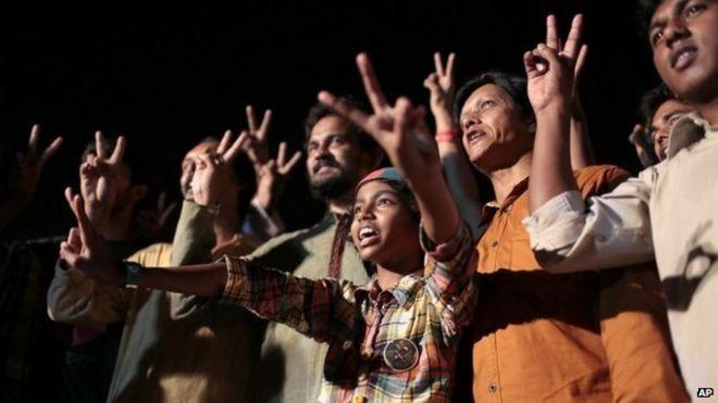 Bangladeshi activists, campaigning for capital punishment for war criminals, celebrate the execution of Mohammad Kamaruzzaman