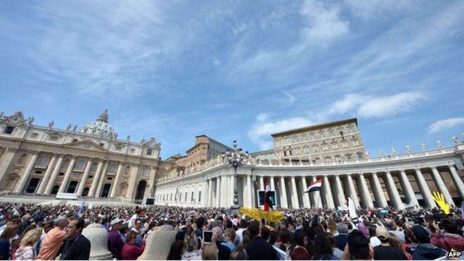 Una visione d'insieme mostra Papa Francesco rivolgendosi alla folla dalla finestra del Palazzo apostolico si affaccia sulla piazza di San Pietro